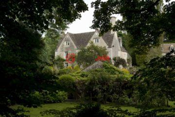 居外网在售英国5卧2卫曾经整修过的房产总占地17837平方米